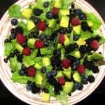 Avokado salāti ar ogām un melnajām pupiņām