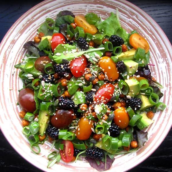 Salāti ar avokado, kazenēm un turku zirņiem