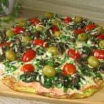 Cukini pica ar šampinjoniem un olīvām