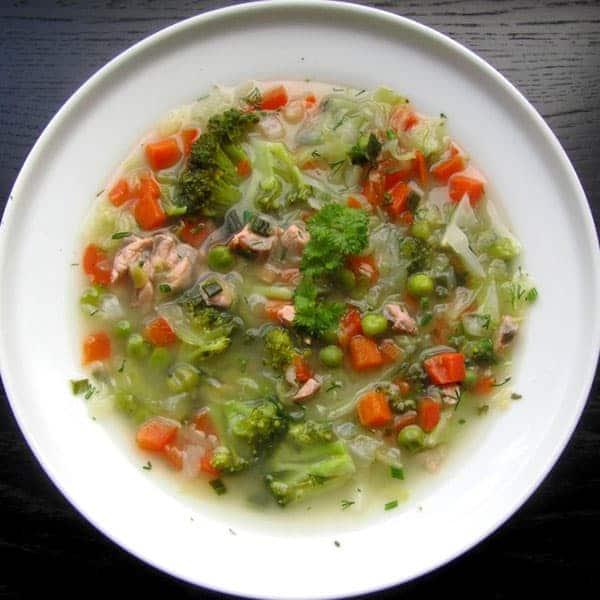 Turpinu dalīties ar savām zupas receptēm: viegla, bet ļoti garda dārzeņu, laša zupiņa.