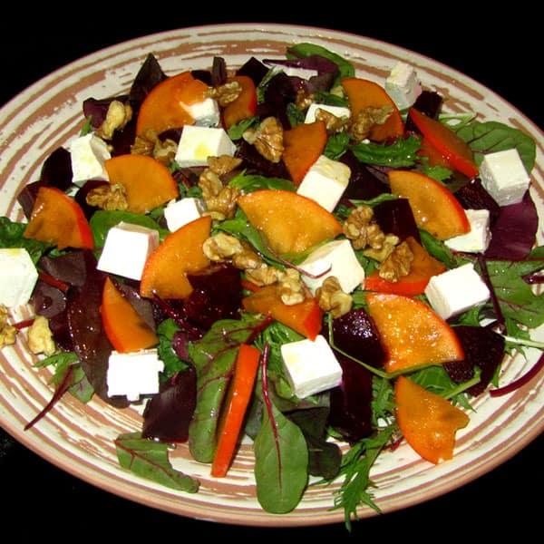 Fetas salāti ar bietēm, hurmu un valriekstiem
