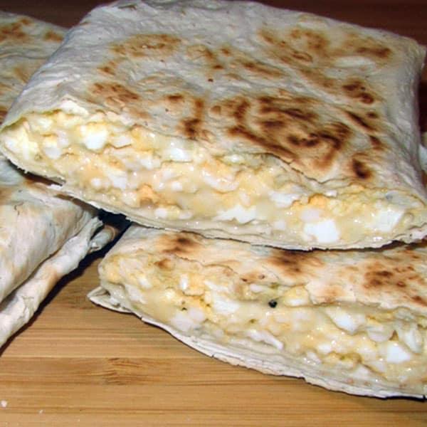 Lavaša kabatiņas ar sieru, olām un biezpienu pannā