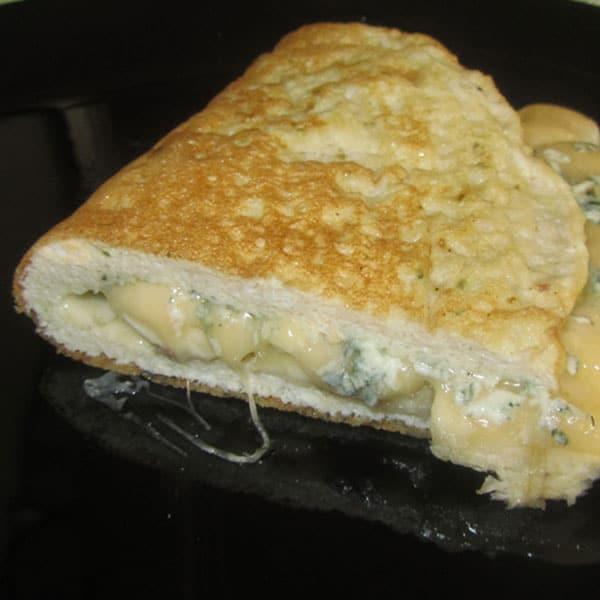 Omlete ar banānu un diviem sieriem