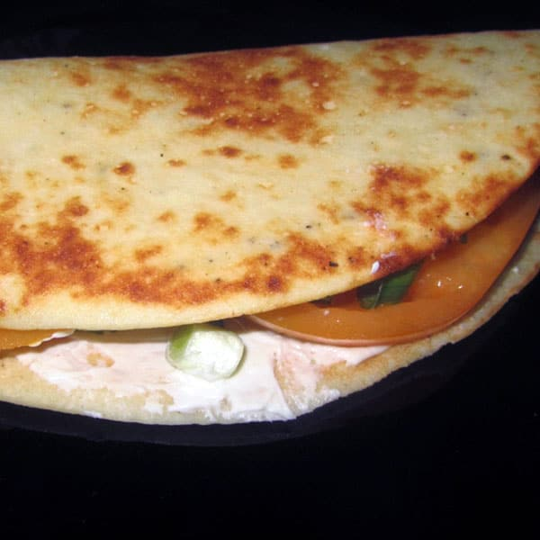 Rīsu pankūka ar svaigo sieru un tomātu