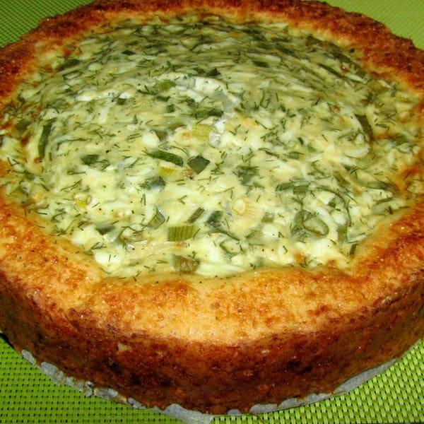 Sāļais pīrāgs ar olām un zaļajiem lociņiem