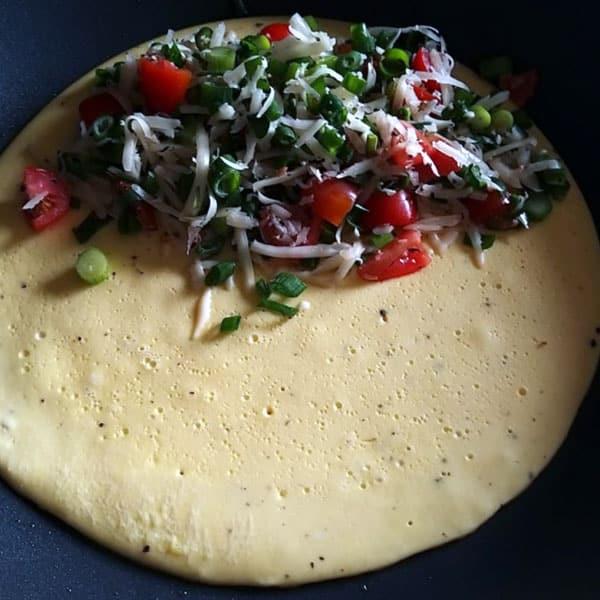 Brokastu omlete ar sieru un cherry tomātiem