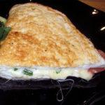 Omlete ar sieru un tomātiem