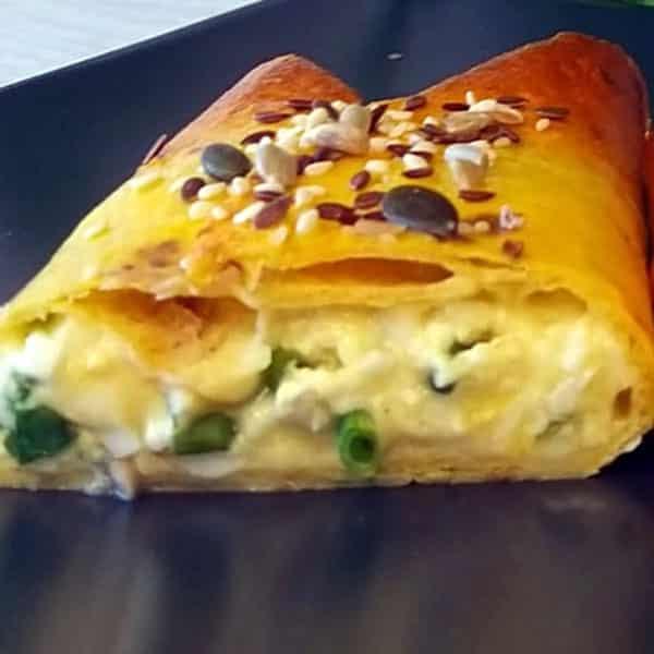 Tortiljas ar olas, siera, biezpiena un zaļo lociņu pildījumu