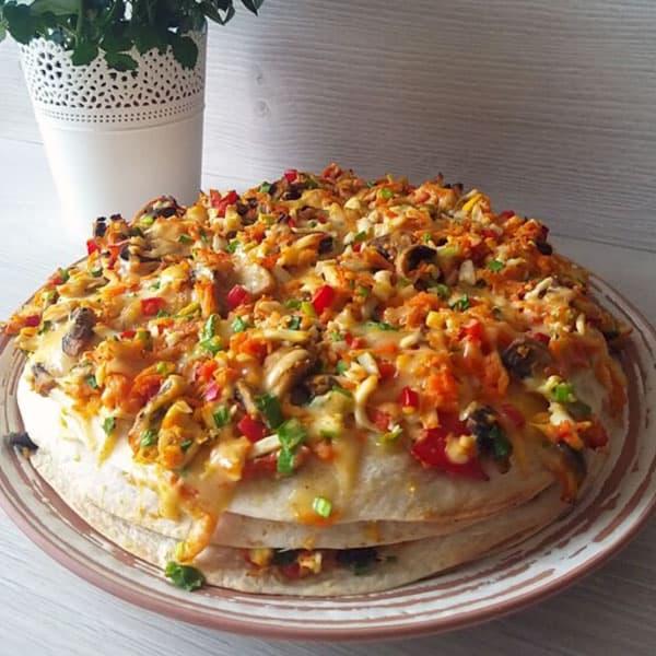 Tortilju torte ar sēnēm, dārzeņiem un olām