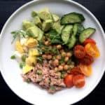 Tunča salāti ar olu, avokado un turku zirņiem