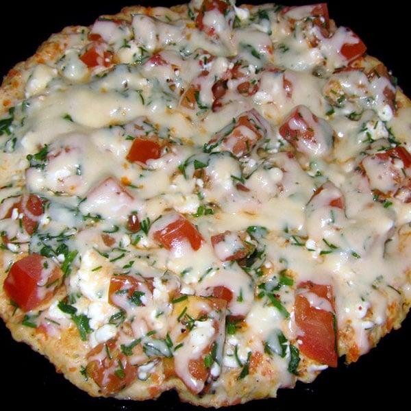 Vistas filejas pica pannā ar sieru, biezpienu un tomātiem