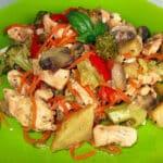 Dārzeņu sautējums ar vistas fileju korejas burkāniem un šampinjoniem