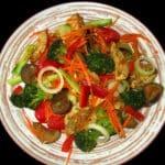 Dārzeņu sautējums ar vistas fileju un Korejas burkāniem