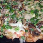 Biezā pica ar vistas gaļu un šampinjoniem