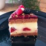 Dateļu biskvīta torte ar vaniļas krēmu un kazeņu želeju