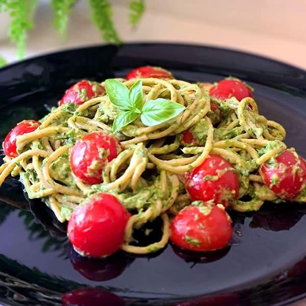Pilngraudu pasta ar avokado – spinātu mērci un cherry tomātiem
