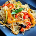Rīsu nūdeles ar dārzeņiem terijaki un medus mērcē