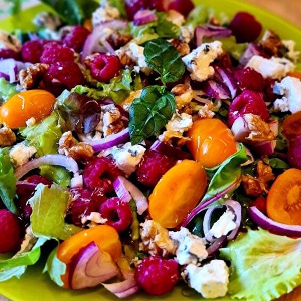 Svaigie salāti ar avenēm Dorblu sieru un valriekstiem