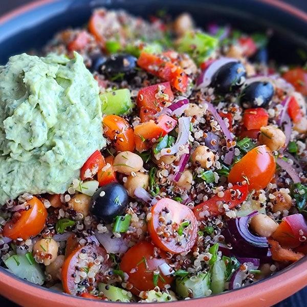 Kvinojas un turku zirņu salāti ar avokado vai bez